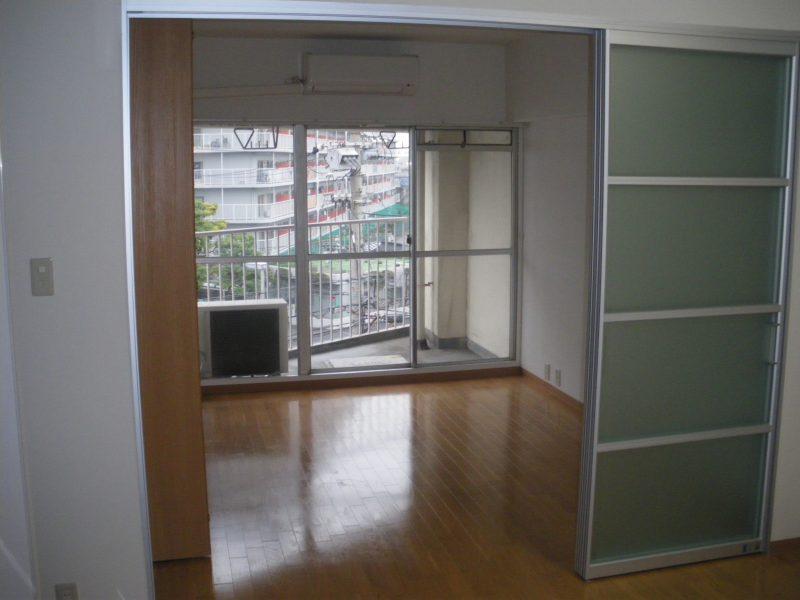 堺市堺区マンション リビング・キッチン   フローリング・扉画像1